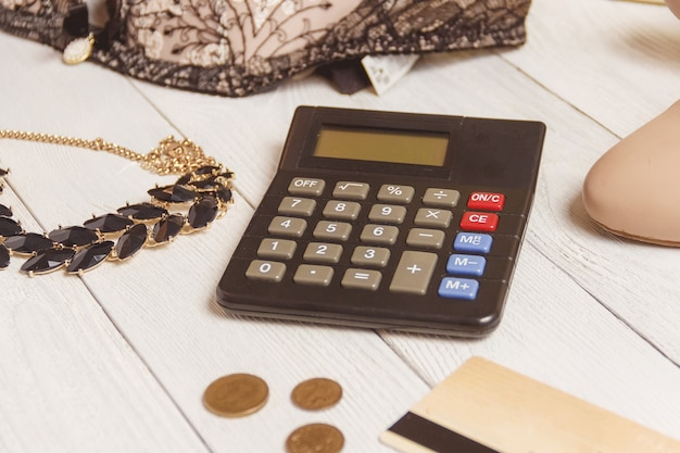 Konsumpcjonizm i sprzedaż - kalkulator, odzież damska, akcesoria.