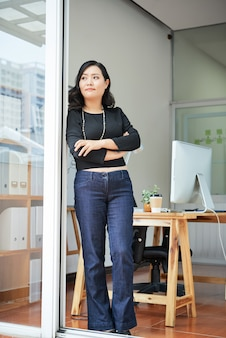 Kontemplować bizneswomanu przy biurem