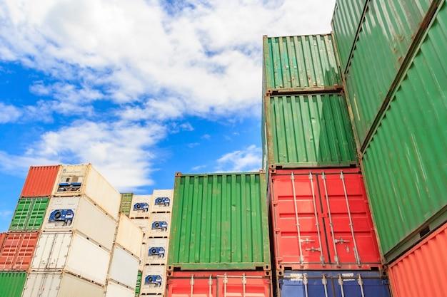 Kontener, kontenerowiec w imporcie eksportu i logistyka biznesowa, dźwigiem, trade port