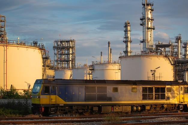 Kontener na trasie kolejowej czeka na wysłanie do portu morskiego tego obrazu do importu