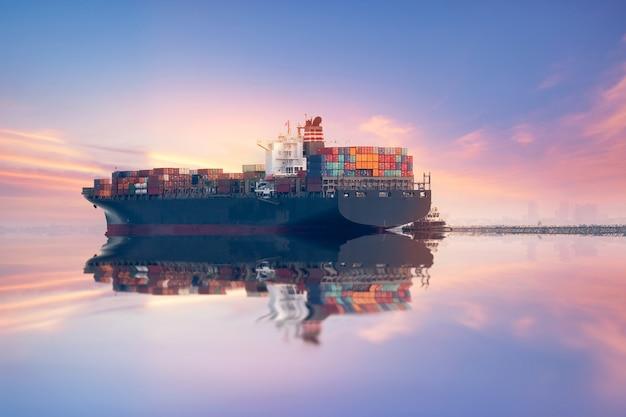 Kontener przemysłowy transport ładunków frachtem dźwigiem logistic import eksport w stoczni