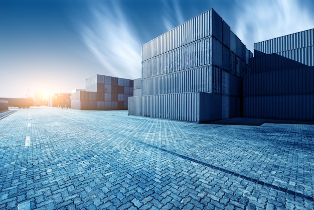 Kontenerowe pudełko z towarowego statku towarowego do eksportu importu, koncepcja logistyczna