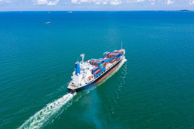 Kontenerowiec logistyka biznes usługi logistyczne import i eksport transport międzynarodowy otwarty strach nad morzem