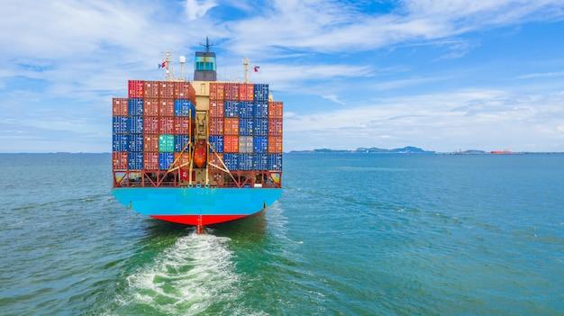 Kontenerowiec opuszcza port przemysłowy, import i eksport logistyki biznesowej