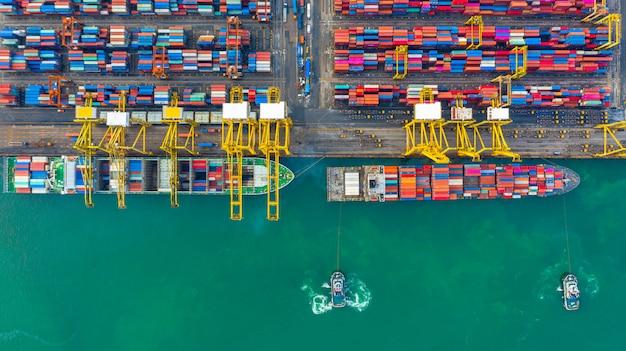 Kontenerowiec pracujący w porcie przemysłowym, logistyka importu i eksportu oraz transport międzynarodowy