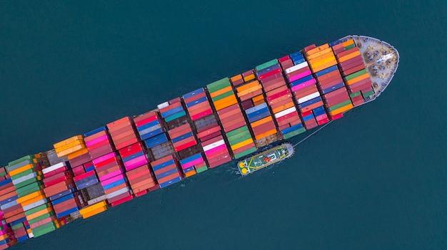 Kontenerowiec przewożący pojemnik z lotu ptaka, import i eksport firm logistyka i transport.