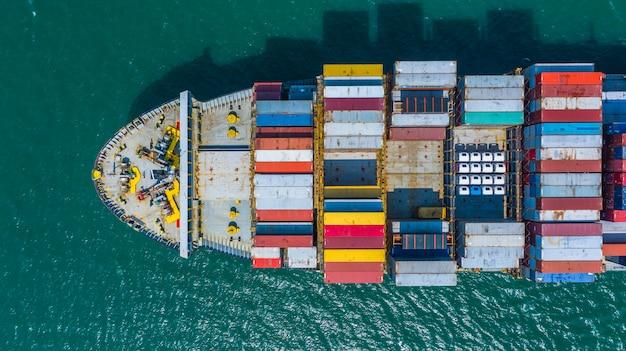Kontenerowiec przybywający do portu, kontenerowiec płynący do portu morskiego, logistyczny import handlowy eksport i transport, widok z lotu ptaka.