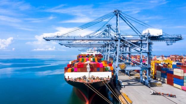 Kontenerowiec statek towarowy wysyłka rozładunek w oryginalnym porcie docelowym z dźwigiem nabrzeża, biznes handlowy globalny zamorski logistyczny import eksport pojemnik kontener przez kontenerowiec.