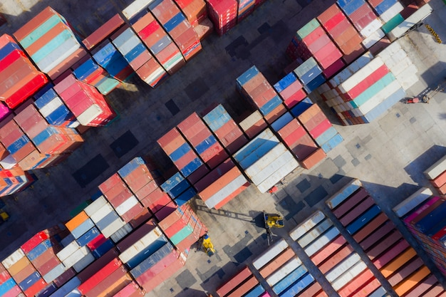 Kontenerowiec w eksporcie i imporcie oraz logistyce