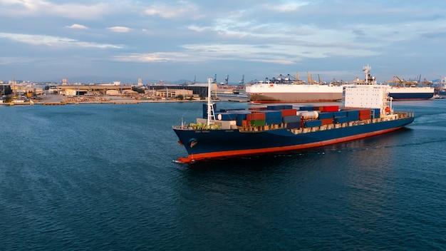 Kontenerowiec z widokiem z lotu ptaka przewożący kontener w logistyce i transporcie importowo-eksportowym