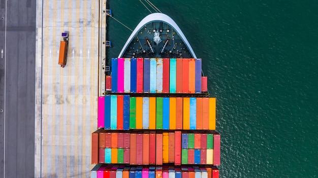 Kontenerowiec załadunek i rozładunek w głębokim porcie morskim, widok z lotu ptaka import i eksport logistyki biznesowej
