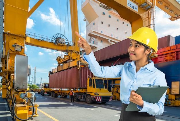 Kontenerowy statek towarowy z działającym dźwigiem załadunkowym w stoczni z logistic import export