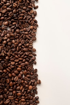 Kontrastowe kawowe fasole z białym tłem