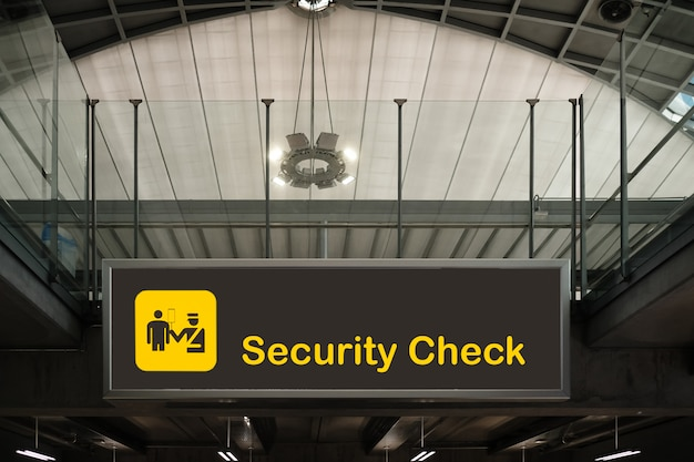 Kontrola bezpieczeństwa w obrębie znaku lotniska.