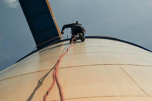 Kontrola bezpieczeństwa wysokości dostępu linowego dla mężczyzn w przemyśle zbiorników na olej i gaz do przechowywania grubości