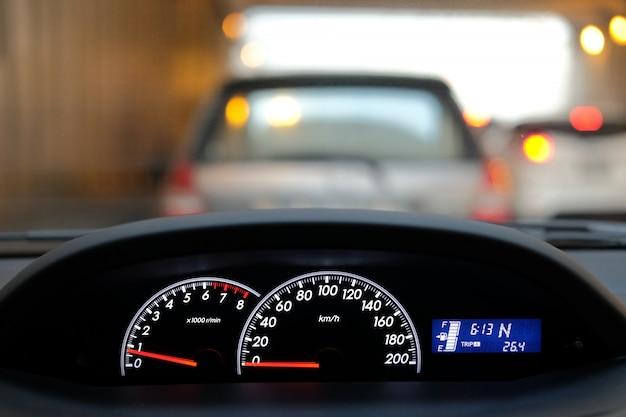 Kontrola deski rozdzielczej samochodu z sygnalizacją świetlną