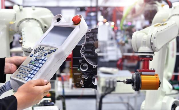 Kontrola i automatyzacja kontroli inżyniera nowoczesny robotyczny system wizyjny w fabryce, robot przemysłowy.