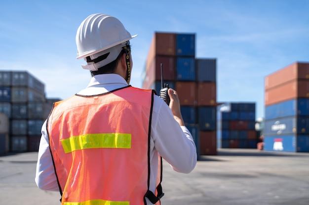 Kontrola inżyniera logistyki w porcie, załadunek kontenerów na eksport ciężarówek i import logistyki
