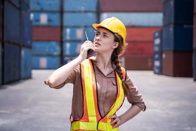Kontrola inżyniera załadunek kontener z eksportowego ładunku statku towarowego