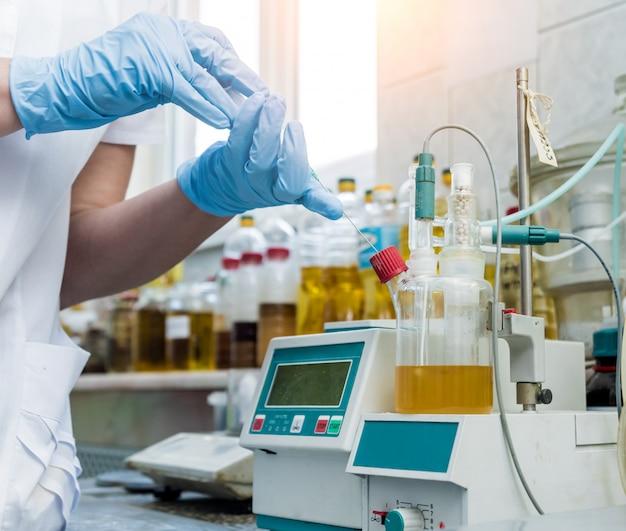 Kontrola jakości naturalnego oleju. w laboratorium przemysłowym.