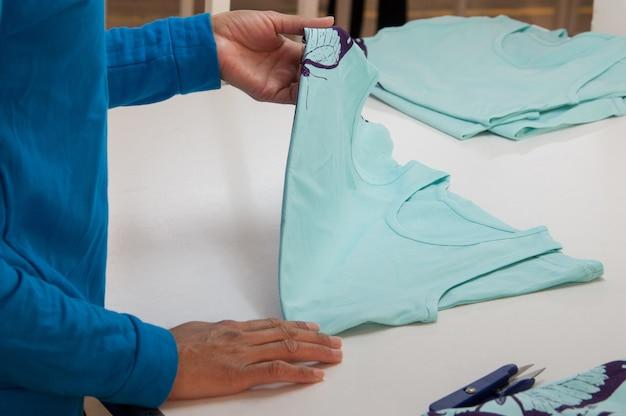 Kontrola jakości w fabryce odzieży pod kątem wad