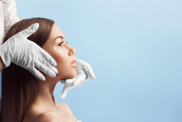 Kontrola skóry przed operacją plastyczną