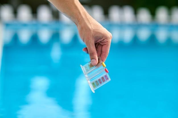 Kontrola wody. zbliżenie dłoni ze wskaźnikami lacmus
