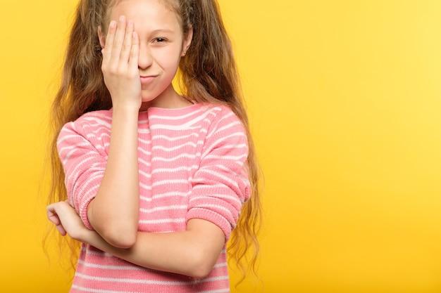 Kontrola wzroku. dziewczyna obejmująca jedno oko ręką. koncepcja okulistyki.
