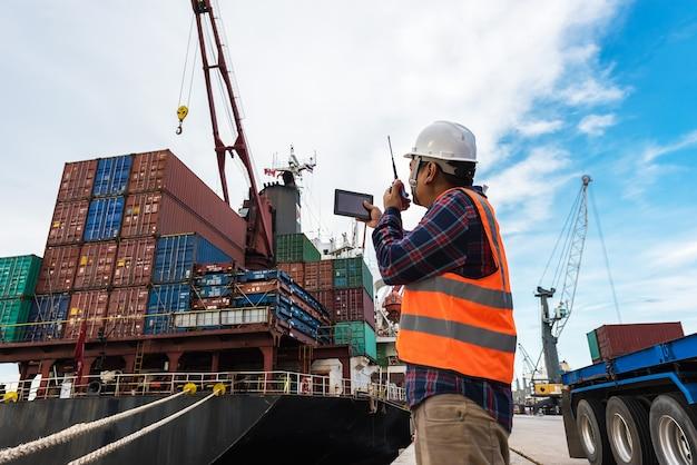 Kontrole sterowania brygadą kontenerowe pudło ze statku towarowego cargo do importu eksportowego.