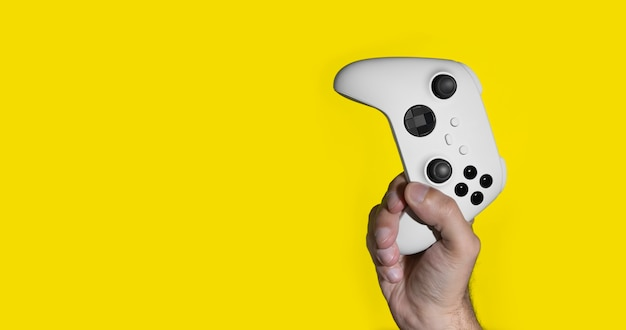 Kontroler do gier nowej generacji na rękach mans na żółto
