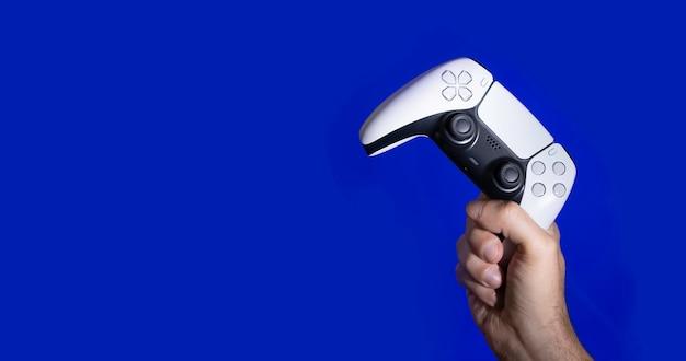 Kontroler do gier nowej generacji na rękach mężczyzny