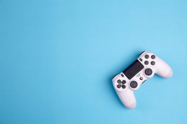 Kontroler gier joystick na białym tle na niebieskim tle