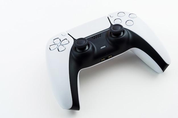 Kontroler gier nowej generacji biały na białym tle.