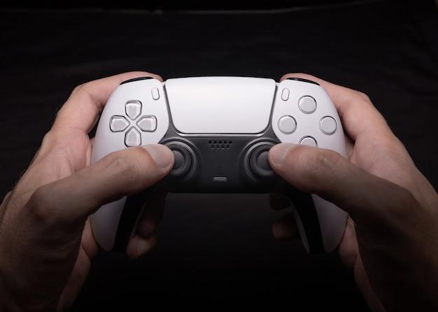 Kontroler gier nowej generacji na rękach mężczyzn