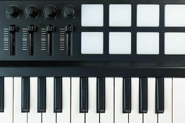 Kontroler midi urządzenie do syntezatorów dźwięku dla producenta edm muzyki.