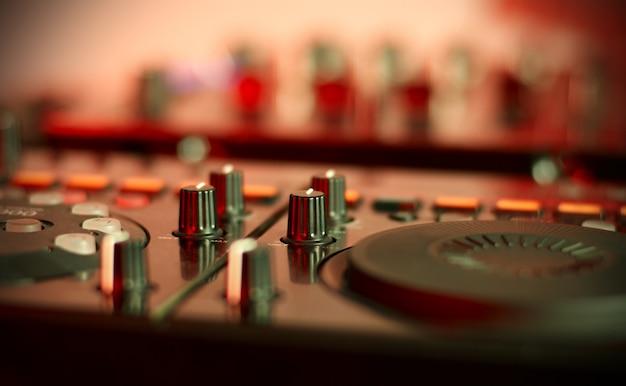 Kontroler miksowania dźwięku dla dj-a hip-hopowego do drapania płyt, miksowania utworów muzycznych na żywo podczas wieczornej imprezy.
