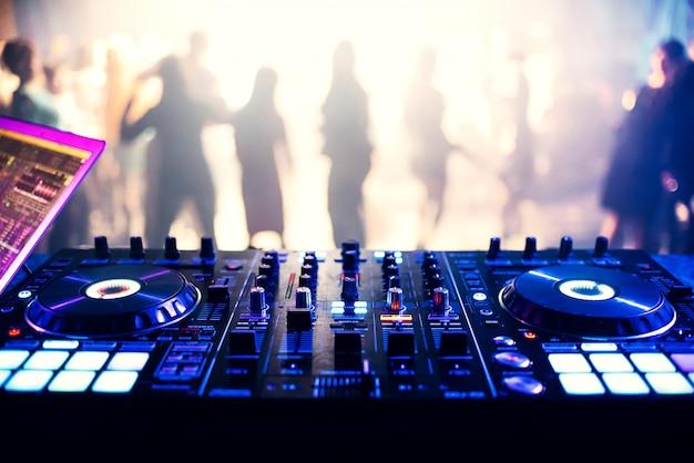 Kontroler muzyczny mikser dj w nocnym klubie na imprezie