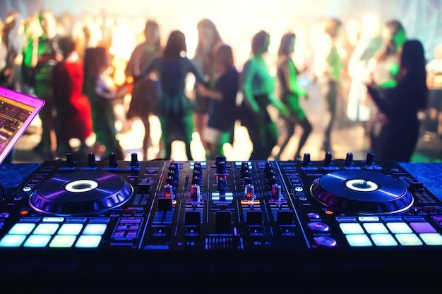 Kontroler muzyczny mikser dj w nocnym klubie