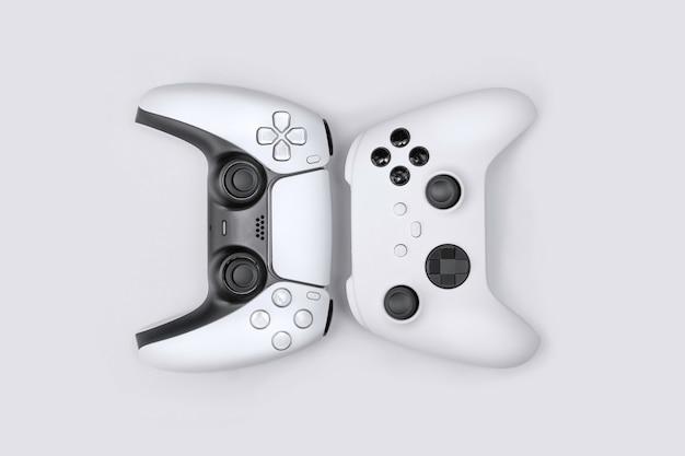 Kontrolery gier nowej generacji na białym tle.