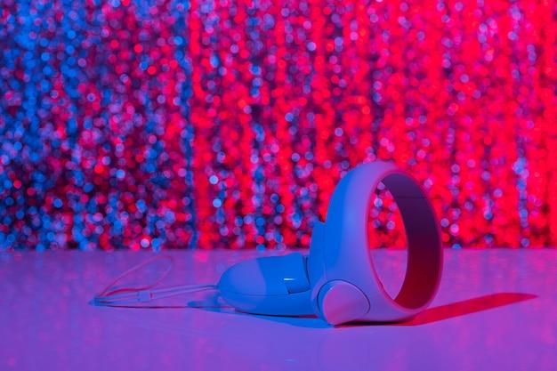 Kontrolery wirtualnej rzeczywistości do gier online i w chmurze w neonowym świetle