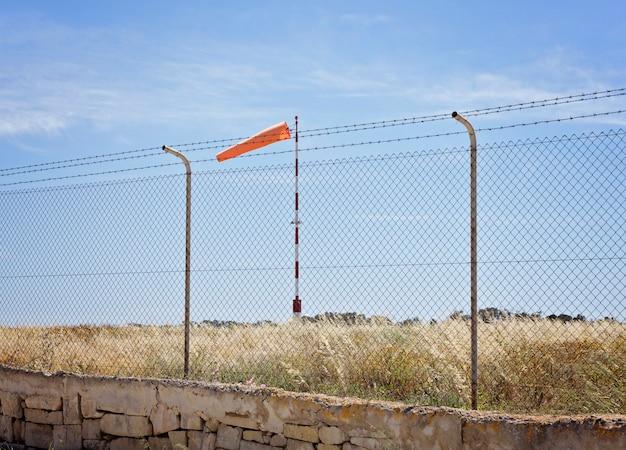 Kontroluje kierunek wiatru na lotnisku
