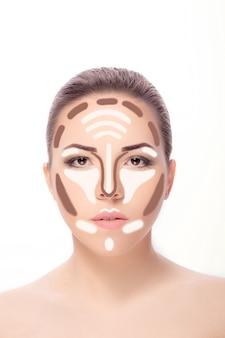 Konturowanie twarzy kobiety