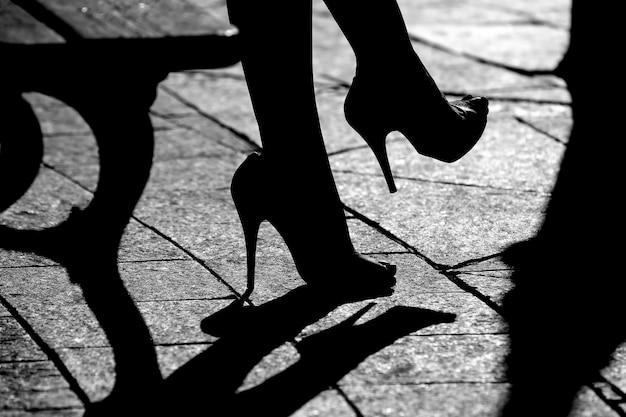 Konturowe sandały damskie w słońcu
