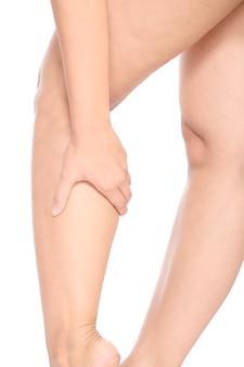 Kontuzja kolana. kobieta trzyma na jej nodze odizolowywającej nad białym tłem