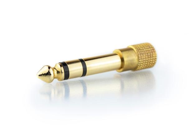 Konwerter wtyczki audio jack z 3,5 mm na 6,3 mm na białym tle, zdjęcie z odbiciem