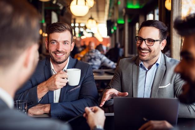 Kooperacyjna rozmowa biznesowa w kawiarni