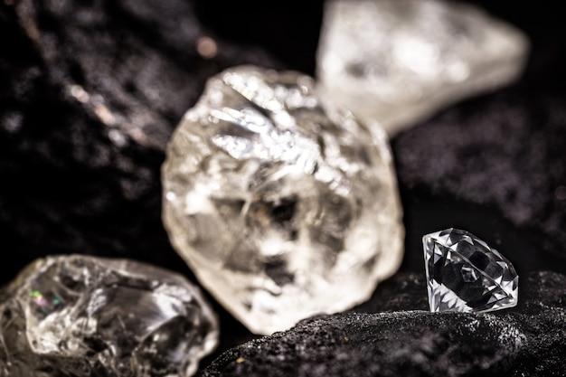 Kopalnia diamentów z kamieniami surowymi i ciętymi, koncepcja wydobycia diamentów