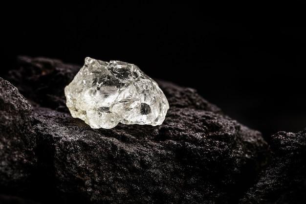 Kopalnia diamentów z surowymi kamieniami na rudzie kimberlitowej, koncepcja wydobycia diamentów