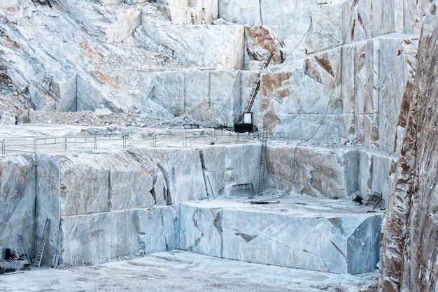 Kopalnia odkrywkowa z białym marmurem z carrary