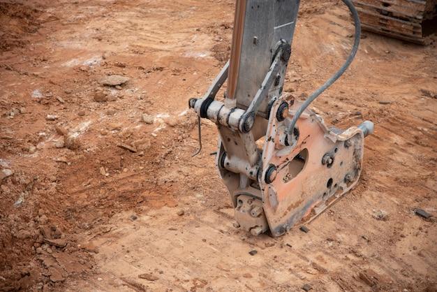 Koparka wiercenia na górze skały w budowie infrastruktury fundacji
